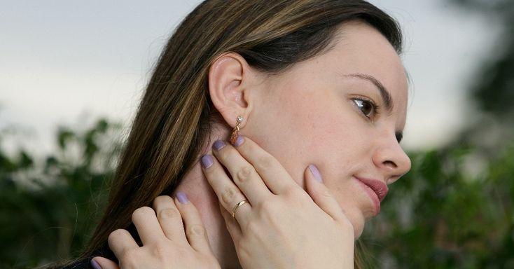 Exercício 3 - Automassagem pescoço: com as pontas dos dedos das duas mãos lado a lado, apertar levemente e região do pescoço logo abaixo da orelha. Repetir o mesmo movimento do outro lado. Tempo total dos dois lados: de um a dois minutos todos os dias