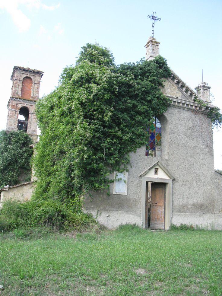 All'interno del complesso del Castello si trova la chiesa parrocchiale di Reschio dedicata a san Michele Arcangelo, suggestiva ancorché fatiscente.