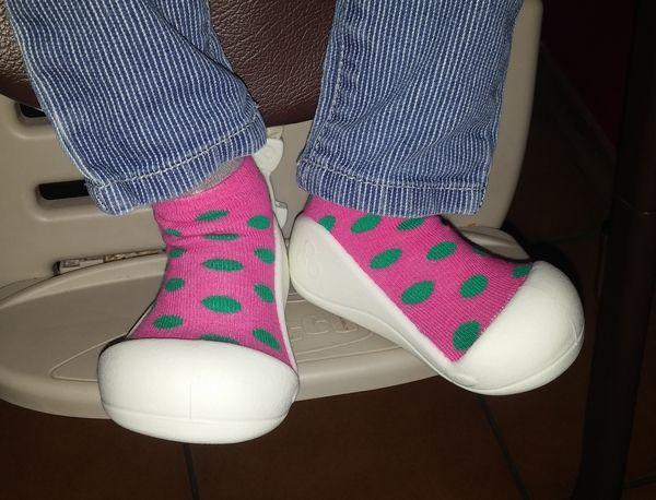 Des pantoufles rigolotes qui respirentet respectent la forme des pieds de nos petits bouts avec Attipas !