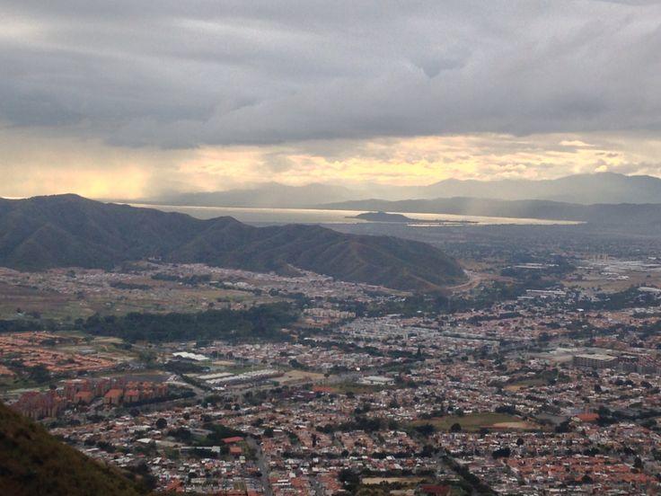 San Diego y de fondo el Lago de Valencia así se recibió el amanecer del 10/12/2015