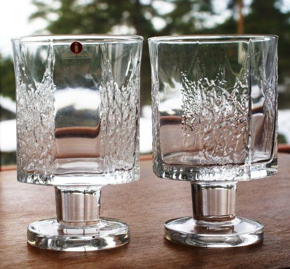 To fine vinglass på stett- begge i meget bra stand. Iittala- Finland- Kalinka- Design Timo Sarpaneva- Produksjonsår- 1978- 1997. En ...