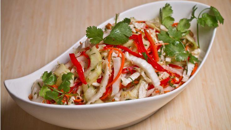 Une recette de salade de chou napa asiatique présentée sur Zeste et Zeste.tv.