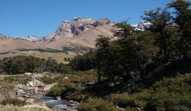 Recorra uno de los caminos más bellos y de mayor altitud de Santa Cruz, con panorámicas hacia el gran lago Buenos Aires y la cordillera que limita con Chile. Un paraíso escénico lleno de montañas, ríos, arroyos, lagunas y formaciones geológicas.