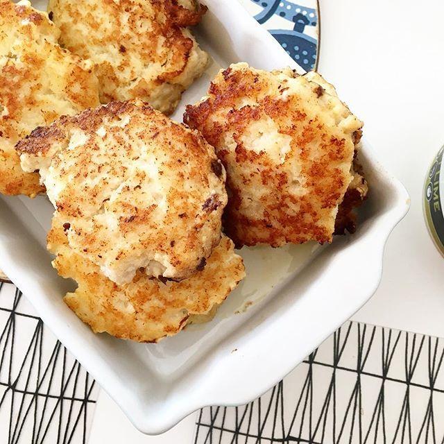 Poppis med fiskbiffar! 🐟 och enkelt för mamsen/papsen att veva ihop. 👍😉 👉 Ned med tinad fisk, ägg, kokosmjöl, örtsalt, vitlök, sesamolja i en mixer. Mixa och forma till biffar med fuktiga händer. Stek i rikligt med fett. We like! Stora som små! 👌👭 Receptet finns även på bloggen under FISK #fisktillmiddag #fisktillbarn #lågkolhydratkost #lchf #lchffamilj #lchfbarn #lchfkids #paleo #glutenfritt #fiskbullar #fiskburgare #renmat #naturligmat #eatclean #primal #cleanfood #realfood