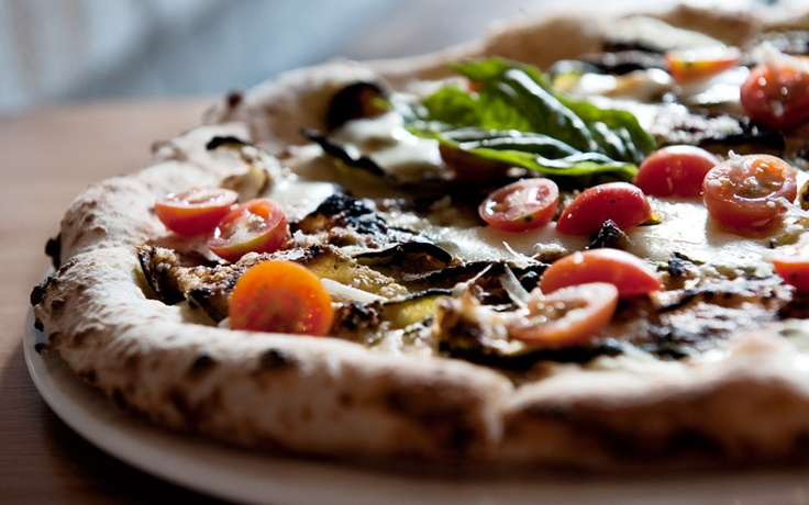 Loving the simple, fresh and delicious thin crust pizzas at the recently opened Pizzeria Defina on Roncesvalles. Mmmm. (pizzeriadefina.com)