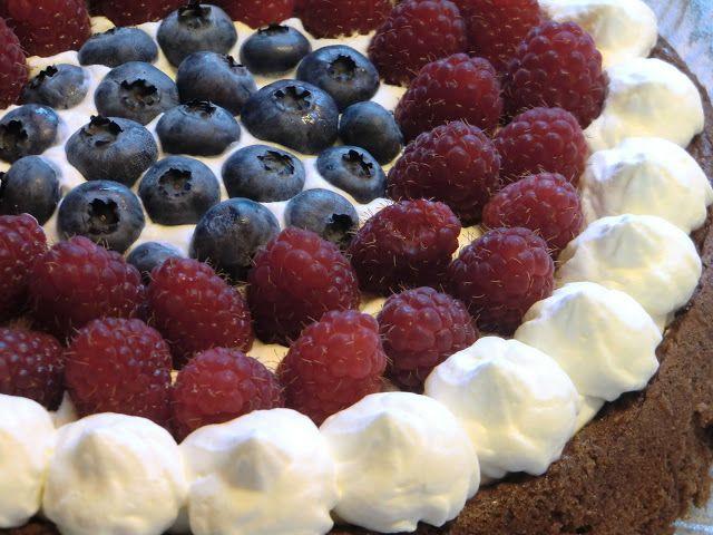 Kjerstis mat och prat: Maffig mandelchokladkaka med svarta bönor, mandelmjöl, muscovadosocker och färska bär - glutenfri och även mjölkfri vid behov