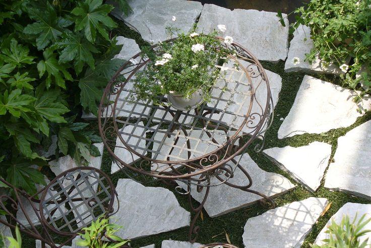 Verde Progetto - realizzazione giardini. Pavimentazione in pietra affogata nel prato