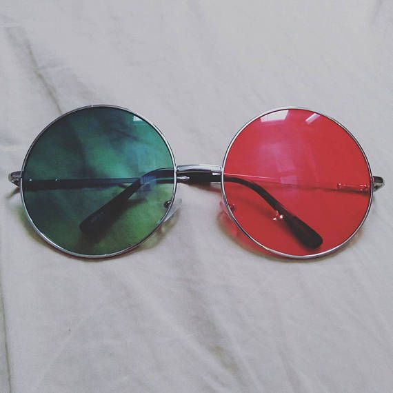Noodlez Saturnz Barz glass from the music video! One pair of large green and red round sunglasses that are exactly like Noodles! Great for cosplaying the new Noodle from Gorillaz Humanz album. The sunglasses are very alrge with wire frames and tinted lenses.