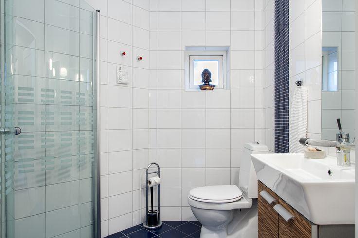 Villan har två bra badrum, detta med dusch!