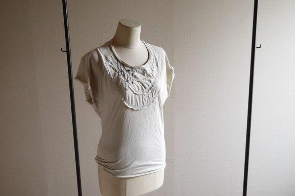 レディースTシャツになります。サイズは8号から9号です。ドルマンスリーブ調ですので肩から身幅にかけてゆったりしていて裾に向かうに伴ってタイトになっていくシルエ... ハンドメイド、手作り、手仕事品の通販・販売・購入ならCreema。
