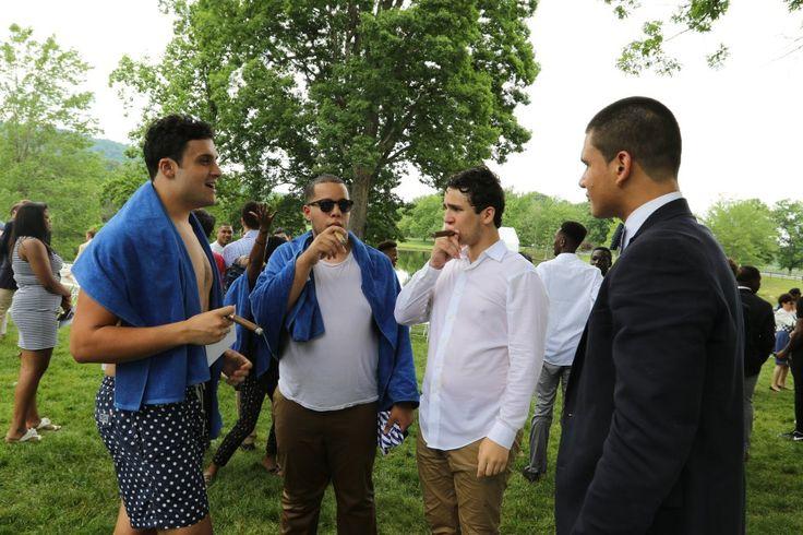 Felipe Juan Froilán Marichalar y Borbón habla con algunos de sus compañeros de clase durante la graduación.