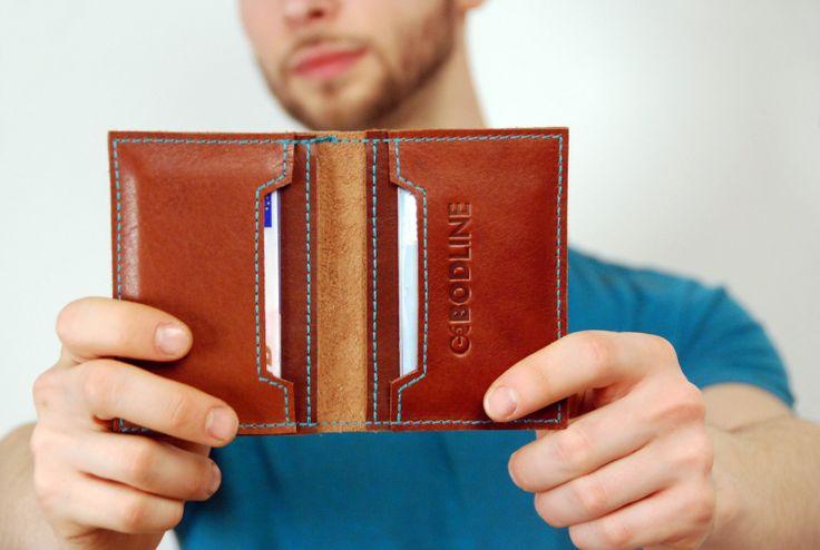 Peněženka LINE Originální peněženka z pravé kůže pro všechny stylové muže Peněženka se skládá ze čtyř přihrádek. Dvě nižší na kreditní karty, do dvou větších se vejde občanský průkaz starého typu.