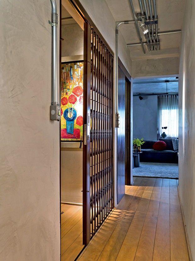 A porta pantográfica, executada pela Serralheria Sepetiba, dá acesso à área social. Na porta seguinte está o lavabo (Foto: Edu Castello/Editora Globo)