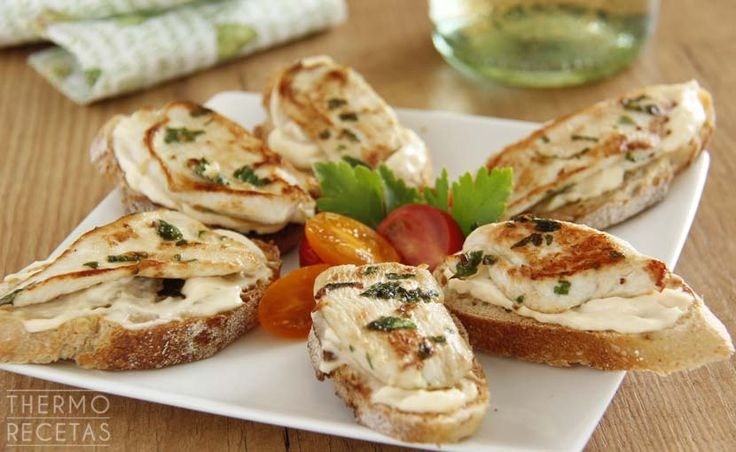 Tostas con escalopines de pollo marinado - http://www.thermorecetas.com/tostas-con-escalopines-de-pollo-marinado/