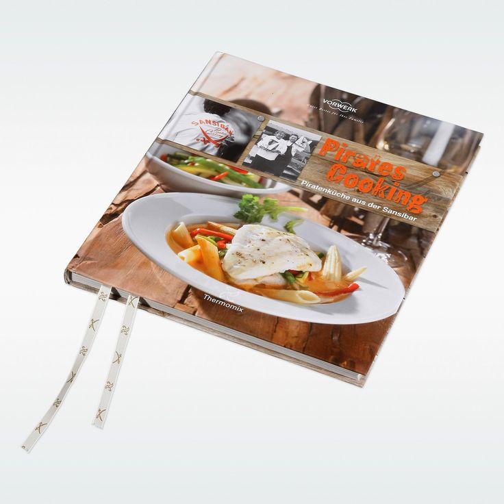 """Blau strahlt der Himmel über Sylt. Das rhythmische Rauschen der Wellen klingt wie Musik und sagt: Urlaub! Mitten in den Dünen liegt das bekannteste Strandrestaurant – die Sansibar. Der Geschmack der Sansibar und das unvergleichliche Sylt-Feeling von Freiheit und kulinarischem Abenteuer finden Sie in diesem Kochbuch: 50 Original-Rezepte für Ihren Thermomix von der Sansibar-Vorspeisen-Platte über Suppen, Vegetarisches, Fisch, Fleisch und Süßes. In """"Pi..."""