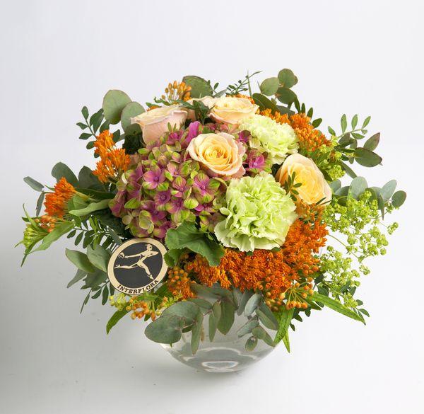 Lav og rund bukett med mix sommerblomster fra Interflora. Om denne nettbutikken: http://nettbutikknytt.no/interflora-no/