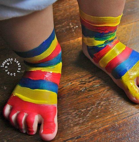Sokken schilderen - bodypaint, zie thema Kleding in de Activitheek van www.doenkids.nl
