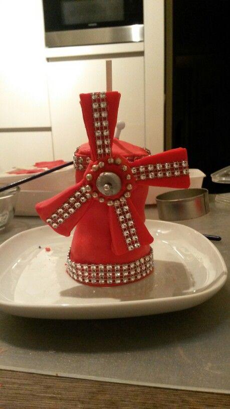 Moulin Rouge gemaakt van cupcakes met botercrème en fondant. Topper op themataart Moulin Rouge en Parijs.