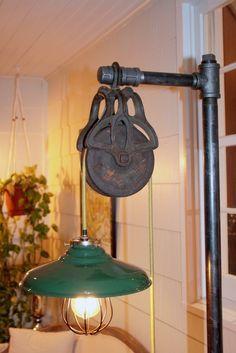 Lámpara de pie, con polea y caños. Diseño industrial.
