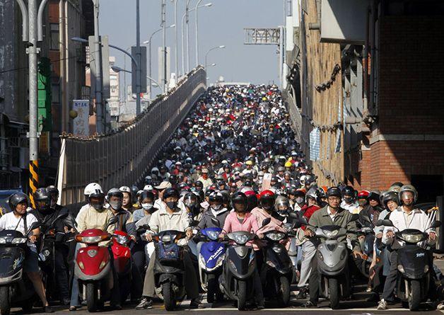 Motoristas de Taipei, no Taiwan, inundando as ruas na hora de ponta