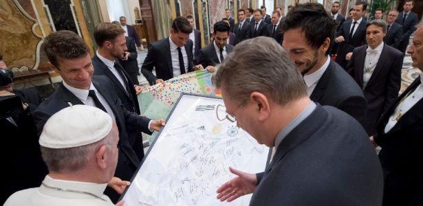 """Papa recebe seleção alemã e destaca """"espírito de equipe"""" dos campeões"""
