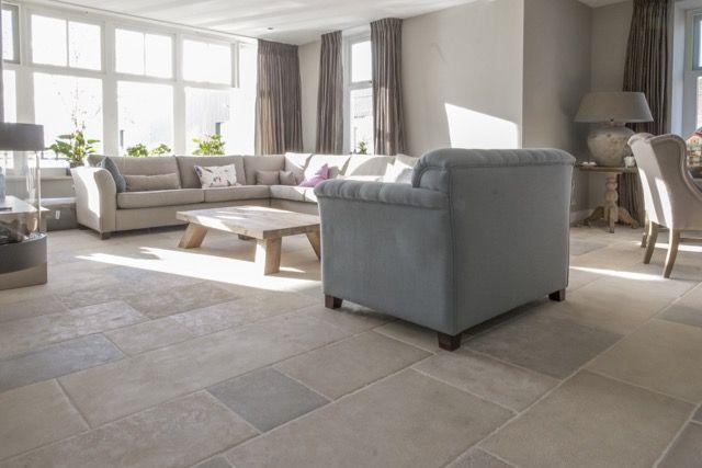 Woonkamer landelijke stijl | bourgondische dallen St. Emelion | natuursteen vloer |French Limestone Pierre de France | kersbergen.nl
