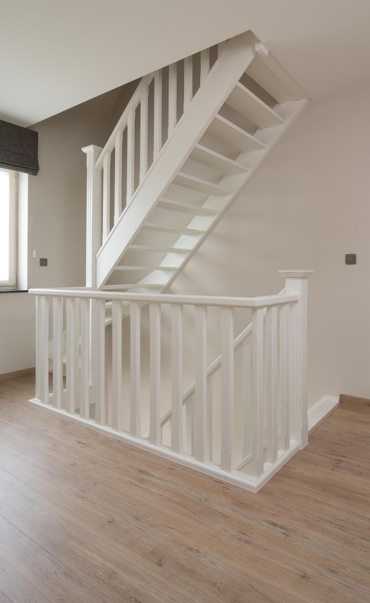 20 beste idee n over geschilderde trap op pinterest trappen schilderen verf trap en trappen - Deco woonkamer met trap ...
