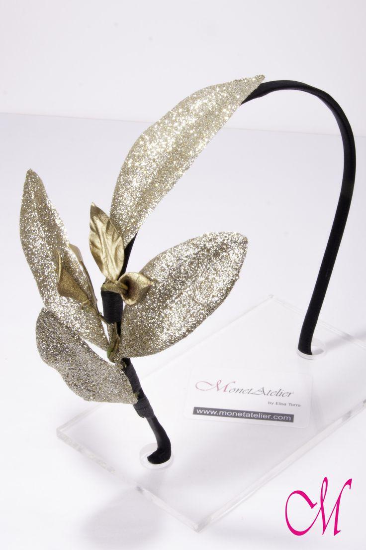 Diadema metálica forrada con raso negro y decorada con flores y hojas glitter dorado. www.monetatelier.com