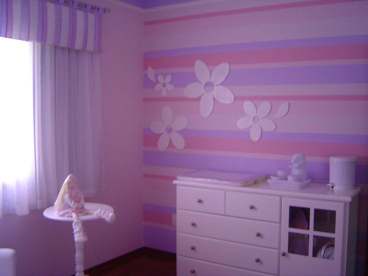 parede listrada com apliques de flores