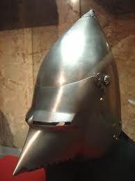 Visera: Parte del casco que se podía alzar o bajar. Parte delantera de la gorra para resguardar la vista.