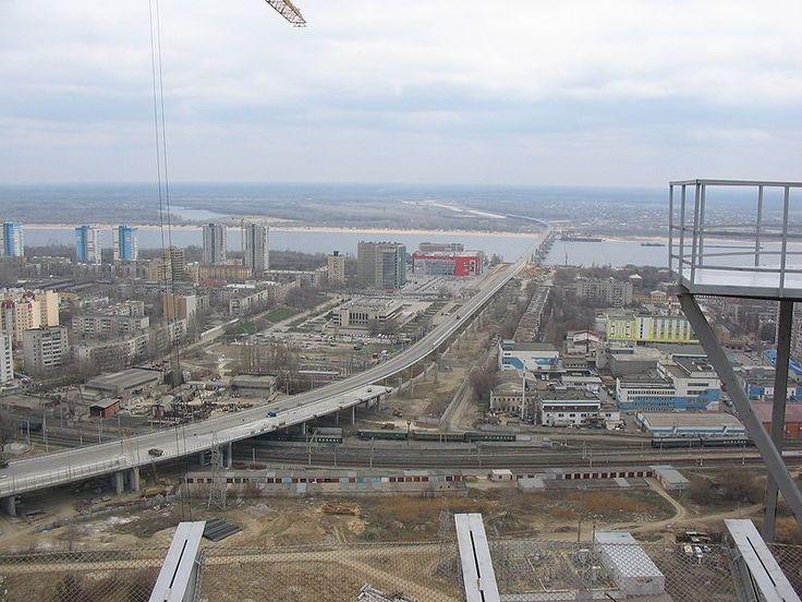 Puente Volgograd (Volgograd, Rusia): Inaugurado en 2009, en el año 2010 durante una violenta tormenta, la carretera empezó a moverse, siendo arrojados los coches por los aires… (Wikimedia Commons).