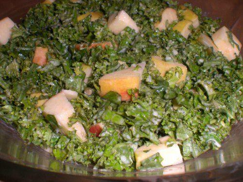 Grønkålssalat - Grønkål er noget af det sundeste du kan byde din krop. Mange tænker nok straks på grønlangkål eller stuvet grønkål, og bevares grønkålen er da stadig sund, men det er al den fløde