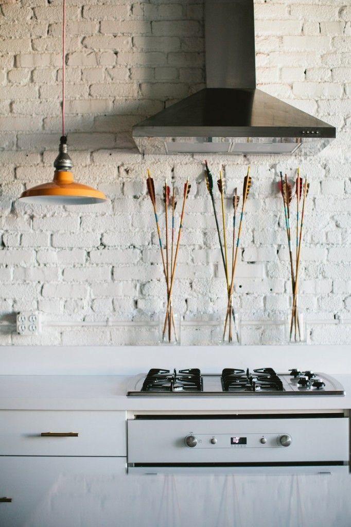 Яркие или выбеленные кирпичные стены популярное украшение интерьера. Как самостоятельно подготовить поверхность и покрасить кладку, какие оттенки и эффекты в моде мы нашли ответы на все вопросы...