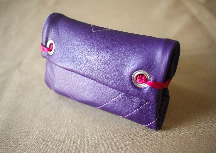 Blague à tabac en simili cuir violet brodée : Etuis, mini sacs par witch-and-craft