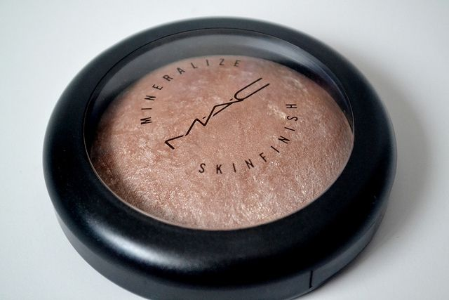 MAC Mineralize Skin Finish in 'Soft and Gentle'. The best highlighter out there, a bit expensive but definitely worth it! Highly recommend!