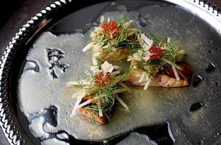 Helppo ja maukas alkupala: Misolla marinoitua kalaa ja päärynä-sellerisalaattia