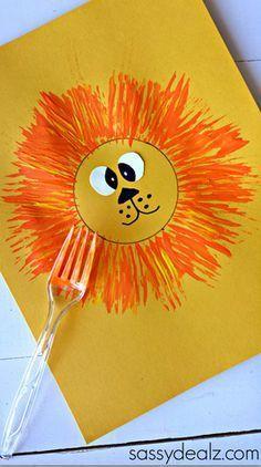 Een leeuw maken met een vork. De manen zijn dan gemaakt door een vork in de verf te doppen en op het papier te doen.