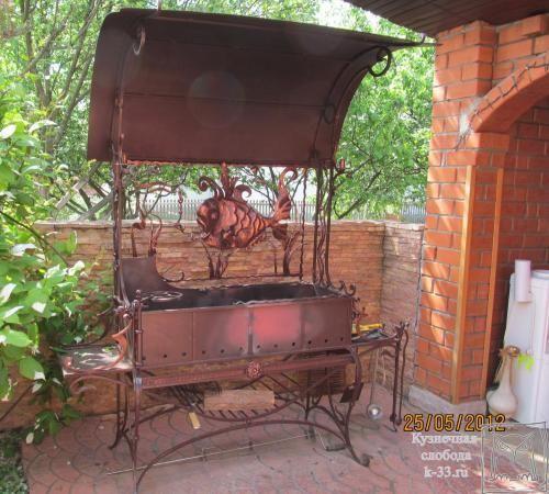 http://k-33.ru/galereya--kovanie-mangali-foto-ur-11 Общий вид кованого мангала, фото которого было сделано во время «шашлычного» сезона (май 2012 года). После долгой зимы и затяжной весны, так хочется изведать вкусного шашлычка, да ещё и не уходя далеко от дома. Такой мангал не только хорошая и нужная вещь, но и признак состоятельности и утонченного вкуса хозяев.