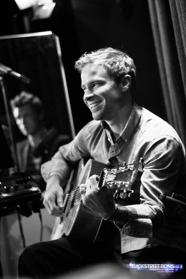 this man with a guitar and that smile ❤️