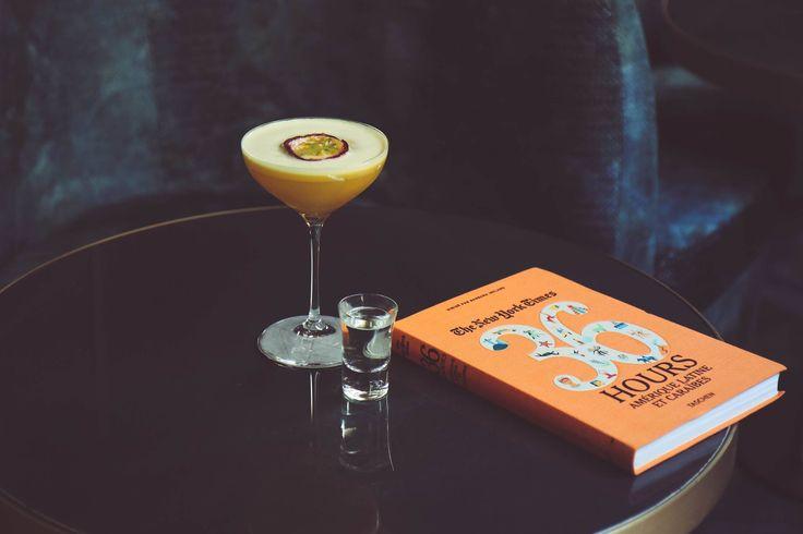 PornStar Martini par Paolo Calvera  .Verser 5cl de vodka vanille, 2,5 cl de liqueur de fruit de la passion, 2,5 cl de liqueur de vanille, 4 cl de coulis de fruit de la passion. .Shaker énergiquement .Verser dans un verre type coupette et décorer avec un 1/2 fruit de la passion .Saupoudrer de sucre vanillé .Servir avec un shooter de champagne. Le shooter de champagne est à boire avant, pour se rafraîchir le palais