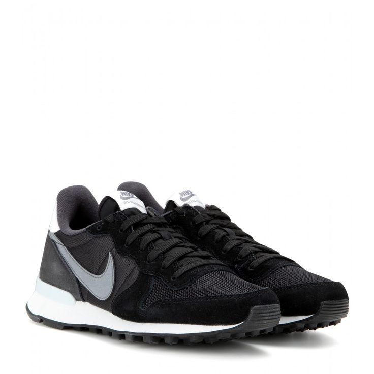 """Eine Sneaker-Legende ist zurück: Der """"Nike Internationalist"""" wurde erstmals Anfang der 1980er released, und zwar als Laufschuh, der sich damals vor allem bei Marathon-Läufern großer Beliebtheit erfreute. Jetzt bringt der Sportswear-Gigant mit dem """"Swoosh"""" die Neuauflage des Modells von 1981 auf den Markt - in gewohnt athletischer Retro-Silhouette und mit charakteristischer Nike Waffle-Sohle."""