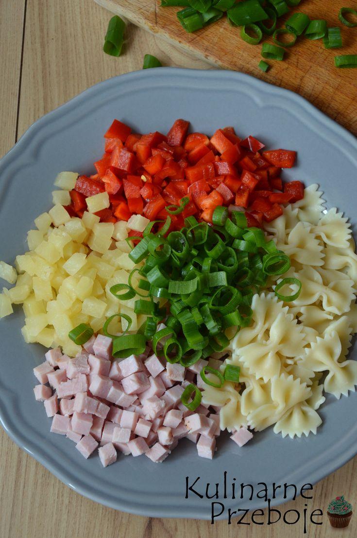 Hawajska sałatka makaronowa – to bardzo prosta i szybka w wykonaniu sałatka, która zarówno sprawdzi się jako sałatka na imprezę, a także jako sałatka do pudełeczka do pracy :) Więcej przepisów na sałatki i surówki znajdziecie tutaj:Sałatki i surówki Hawajska sałatka makaronowa – Składniki: 180g makaronu kokardki 200g szynki ulubionej (u mnie szynka szefa) 1 […]