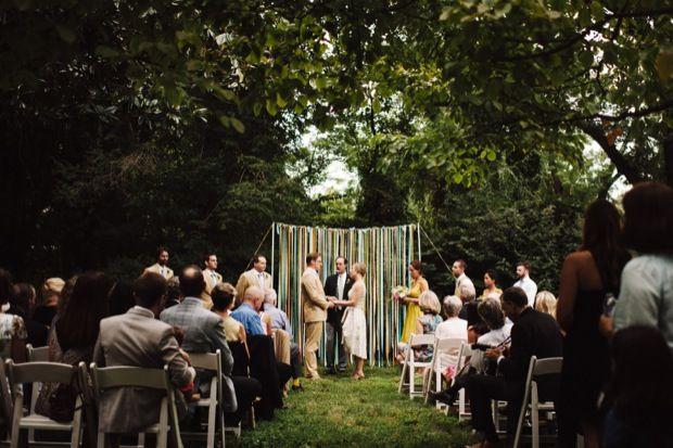 O backyard wedding é uma ótima alternativa de locação para noivas de baixo orçamento, para um casamento barato e intimista. Perfeito para um mini-wedding!