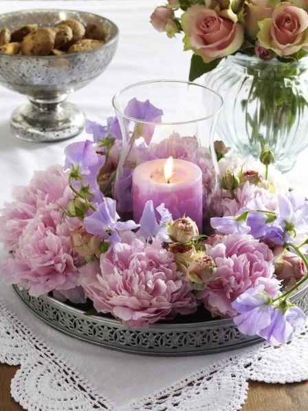 Was für eine traumhafte Kombination?! Pfingstrosen, ein bisschen Shabby Chic und romantisches Kerzenlicht. Dieses Windlicht müssen wir haben!
