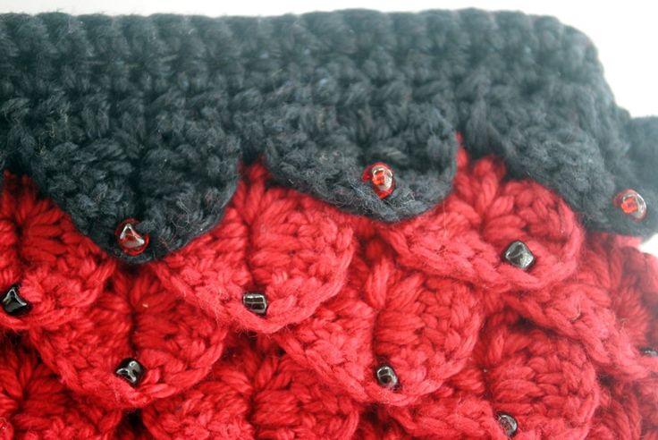 Bolsa/carteira de crochê, confeccionada em linha preta e vermelha, enfeitada com miçangas pretas.  Forrada com tecido de algodão, com bolso e divisórias no interior. Ideal para festas e casamentos.  Tamanho: 22x14x3cm