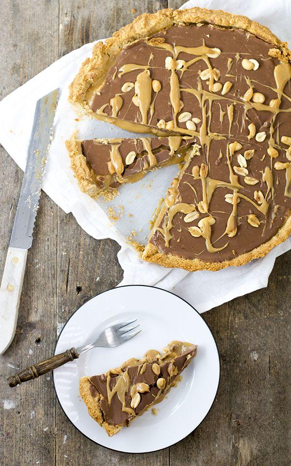 SNICKERSTAART -  Voor de bodem: - 120 gram ongezouten pinda's  - 125 gram bloem   - 25 gram lichtbruine  basterdsuiker  - snuf zout  - 115 gram roomboter ongezouten - 45 ml koud water ---  Voor de vulling: - 1,5 blikje bereidde dulche de leche (zie dit artikel) - 100 gram zoute pinda's - 225 gram melkchocolade - 2 eetlepels pindakaas Extra: gecrushte zoute pinda's en dulche de leche voor de topping --  Extra benodigd: bakbonen voor het blindbakken van de taartbodem