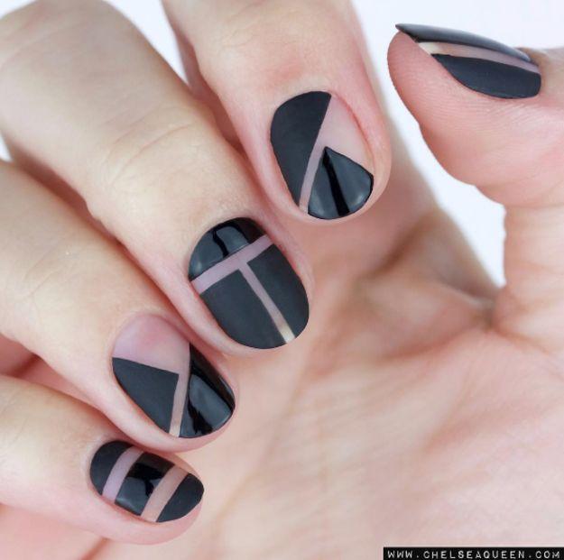 É possível também tirar vantagem do espaço negativo para criar designs sofisticados.   16 ideias de unhas com esmalte preto que vão aquecer seu coração gótico