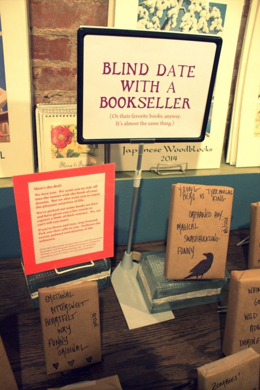 """Qui """"libri dipinti"""" in un'altra accezione: quello che si è inventata la libreria Malaprop's Bookstore di Asheville, libri incartati per incuriosire e arrivare dritti al proprio lettore."""