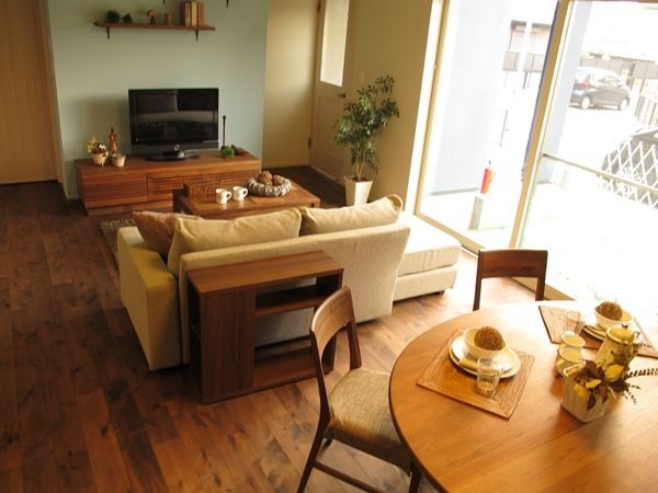 ウォールナット無垢材の家具で統一したリビングダイニング、ライトブルーの壁面がアクセントなったお部屋が素敵です
