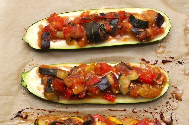 Aprenda a fazer estas abobrinhas recheadas de ratatouille: | Estes barquinhos de abobrinha recheados com legumes são muito deliciosos